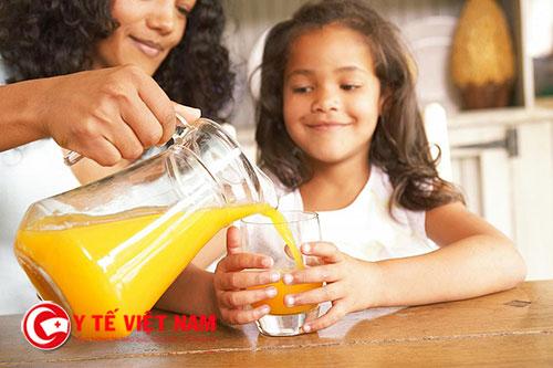 Mẹ không nên lạm dụng nước trái cây cho trẻ uống