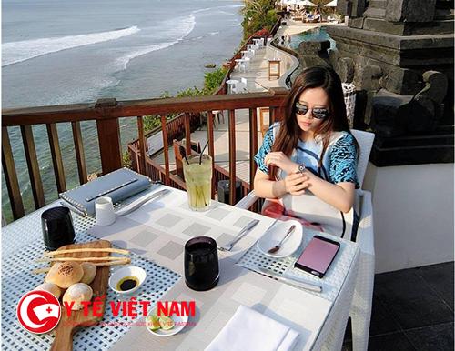Nhiều bạn trẻ sẵn sàng nhịn ăn cả tháng chỉ để check in một bữa ăn tại nhà hàng sang chảnh