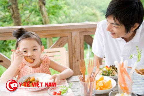 Mẹ nên kích thích để giúp trẻ ăn ngon hơn
