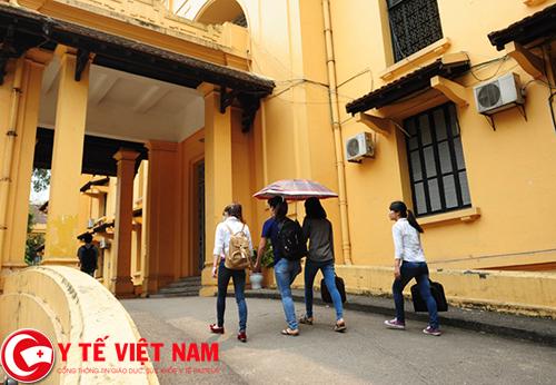 Lối vào hội trường được thiết kế rộng rãi, thoải mái.