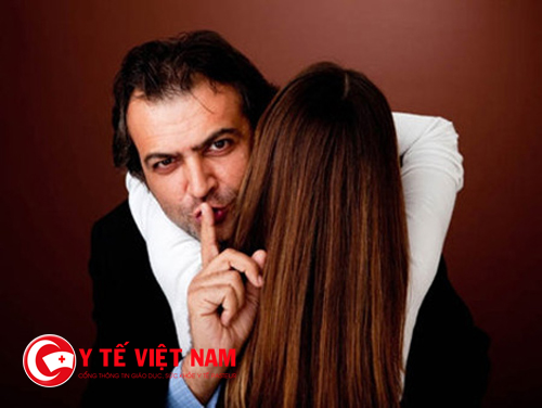 Các dấu hiệu chồng nói dối chị em cần biết