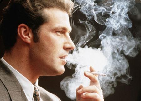 Việc hút thuốc làm tăng nguy cơ tim mạch, ung thư phổi,...