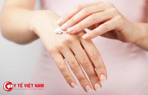cách lựa chọn dược mỹ phẩm cho làn da nhạy cảm là thử mỹ phẩm trước khi mua