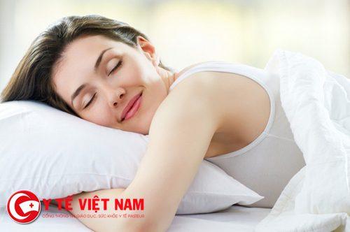 Tránh ngủ úp mặt vào gối