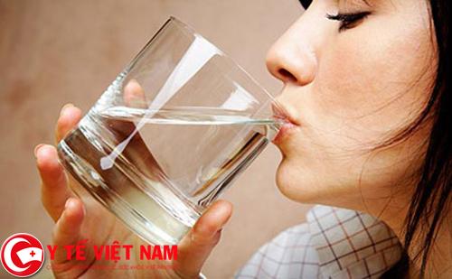 Nên uống thật nhiều nước trong ngày đề giúp thanh lọc cơ thể và chữa bệnh hiệu quả