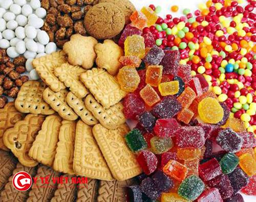 Trẻ không nên ăn nhiều bánh kẹo ngày lạnh