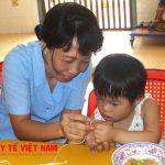 Mẹ cần giao tiếp sớm với trẻ để bé có thẻ nói nhanh hơn