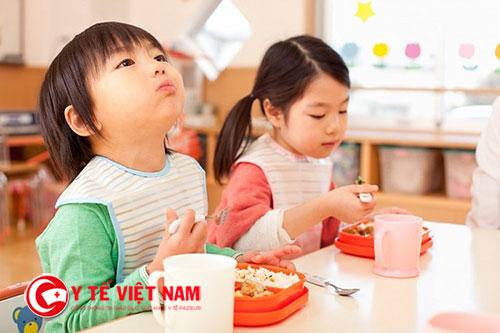 Bạn hãy đa dạng món ăn để giúp con tăng cân nhanh