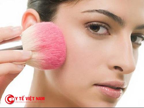 Má hồng giúp khuôn mặt bạn trở nên sắc nét rõ ràng