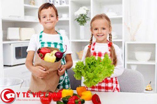 Cho trẻ ăn nhiều rau xanh giúp trẻ phòng được một số bệnh giao mùa