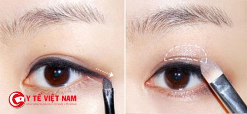 Kẻ mắt bạn nên thực hiện trước khi chải mascara và vẽ mắt