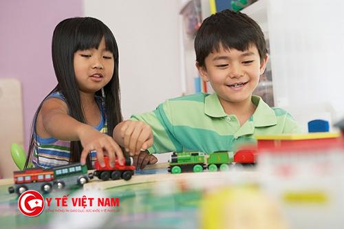 Trẻ sau khi từ tan học, nếu không được bố mẹ quan tâm sẽ ăn quà vặt hay chơi điện tử