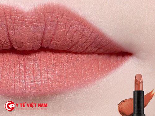 Để son lì lên màu đẹp bạn cần phải chăm sóc đôi môi của mình thật kỹ lưỡng