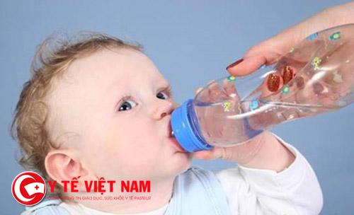 Bạn nên bổ sung nước cho cơ thể để hạn chế tình trạng mất nước do sốt cao