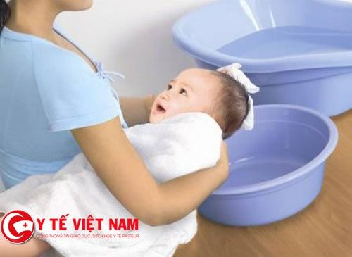 chuẩn bị đầy đủ dụng cụ khi tắm cho bé