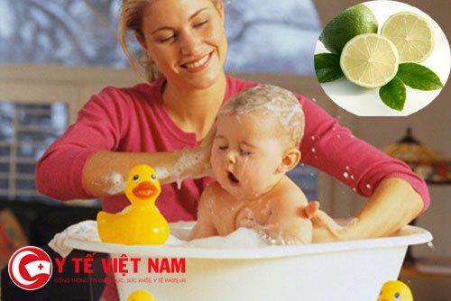 Trẻ vui thích khi được tắm