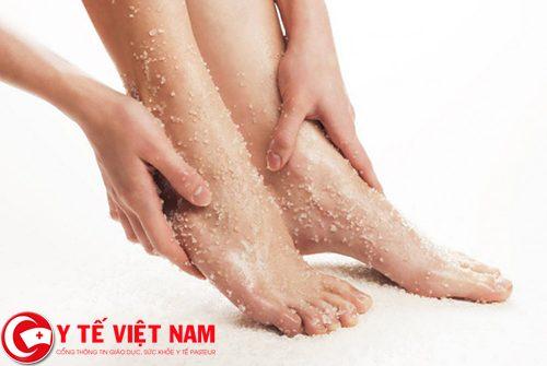 Trước khi tẩy lông chân cần tẩy tế bào chết