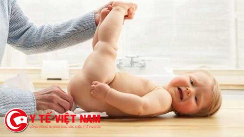 Đặt thuốc cho trẻ nên nhẹ nhàng, cẩn thận tránh làm đau và tổn thương trẻ