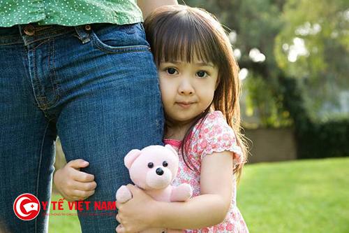 Nhút nhát vốn là tính cách phổ biến ở trẻ dưới 4 tuổi