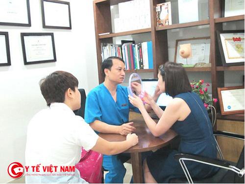 Khách hàng sẽ được bác sĩ thăm khám và cho biết kết quả trước khi phẫu thuật cắt mí mắt