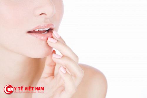 Thực hiện việc tẩy da chết cho môi giúp môi bạn trở nên mềm mượt hơn