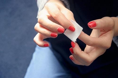 Bông tẩy trang giúp bạn loại bỏ sơn móng tay một cách dễ dàng
