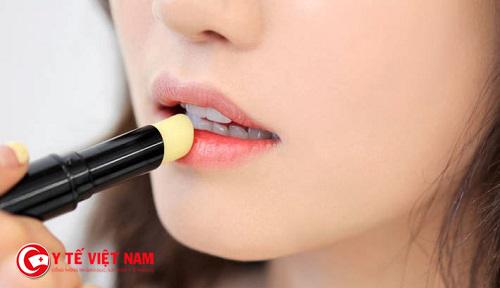 Nên sử dụng son dưỡng để cung cấp độ ẩm cho đôi môi bạn một cách tốt nhất