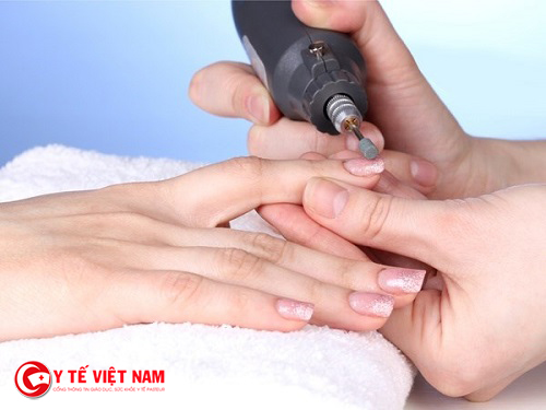 Dùng mũi khoan gốm giúp bạn tẩy sơn móng tay một cách dễ dàng