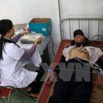 Chữa bệnh cho người dân tại một trạm y tế. (Ảnh: TTXVN/Vietnam+)