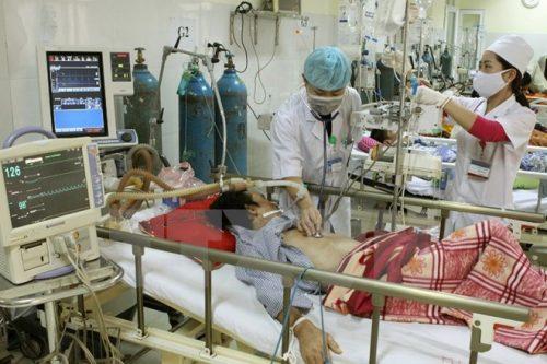 Nhân viên y tế chăm sóc bệnh nhân nằm viện. (Ảnh: TTXVN/Vietnm+)