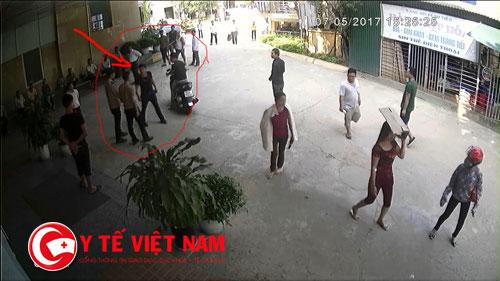 Côn đồ chỉ tay vào mặt nhân viên an ninh bệnh viên