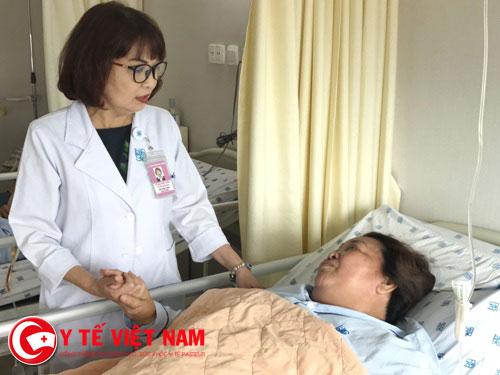 Nữ Điều dưỡng Lê Thị Anh Đào tận tình chăm sóc người bệnh