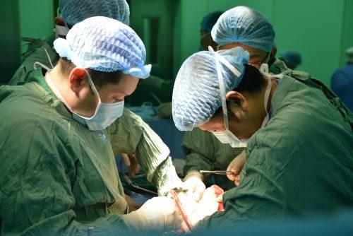 Các bác sĩ đang thực hiện ca phẫu thuật ghép thận tự thân. Ảnh do bệnh viện cung cấp