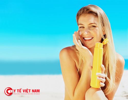 Sử dụng kem chống nắng thường xuyên để bảo vệ làn da khỏi tia cực tím