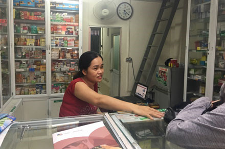 Các hiệu thuốc bán lẻ PV đi khảo sát giá cả và việc thực hiện quy định niêm yết giá. Ảnh: N.A