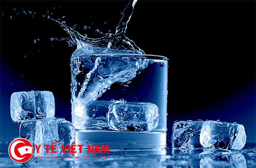 Dừng uống nước đá nếu không muốn tăng vòng 2