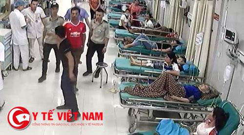 Nhân viên an ninh bệnh viện yêu cầu thanh niên ra ngoài
