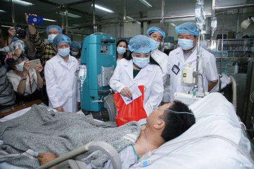 Bộ trưởng Nguyễn Thị Kim Tiến tặng quà cho bệnh nhân vụ sốc phản vệ tại Hòa Bình