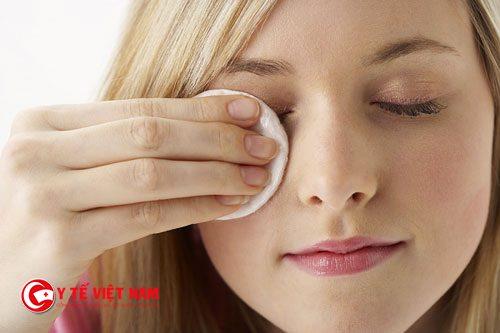 Tẩy trang là bước chăm sóc da mặt cơ bản đầu tiên