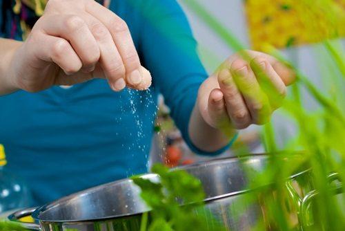 Trẻ dễ gặp nhiều bệnh nếu ăn quá muối