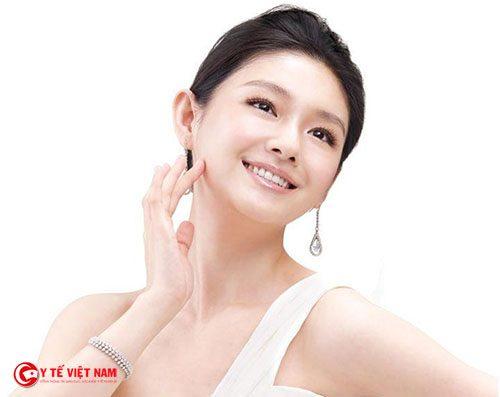 Sử dụng dịch vụ căng da mặt nội soi để giữ làn da căng mịn của phụ nữ trung niên