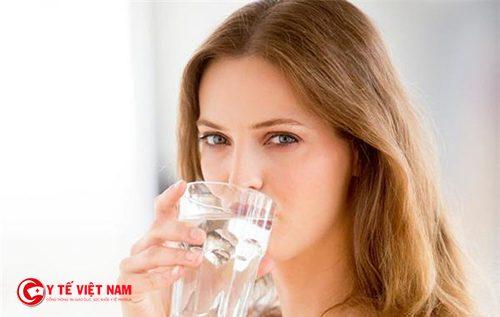 Uống đủ nước để hạn chế chứng ra nhiều mồ hôi