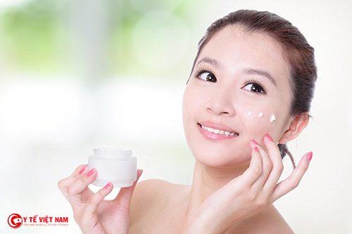 Làm căng da mặt nhờ bôi kem chống nắng đúng cách