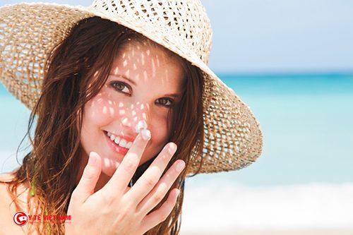 Hạn chế tiếp xúc với ánh nắng mặt trời để ngăn ngừa lão hóa da