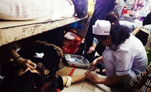 Hình ảnh điều dưỡng Thanh cấp cứu cho bệnh nhân ngay trên sàn nhà.