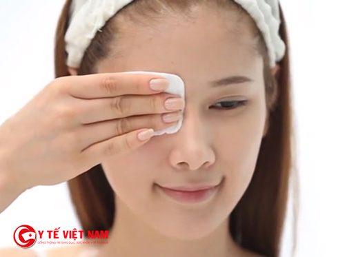 Bông tẩy trang giúp đánh bay quầng thâm mắt
