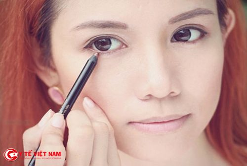 Nắm giữ các bước trang điểm mắt đơn giản cho đôi mắt lung linh