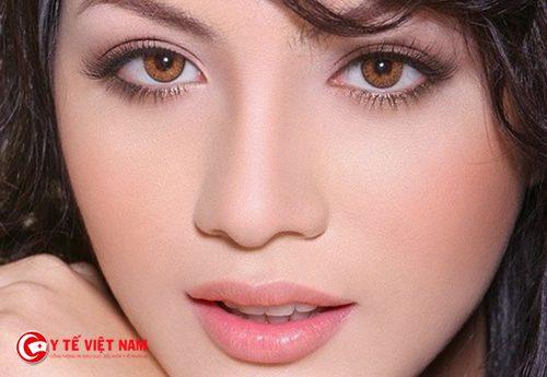 Kẻ mắt nước để có trang điểm mắt đơn giản cuốn hút