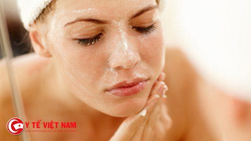 Tẩy tế bào chết cũng là cách làm sạch da mặt tự nhiên