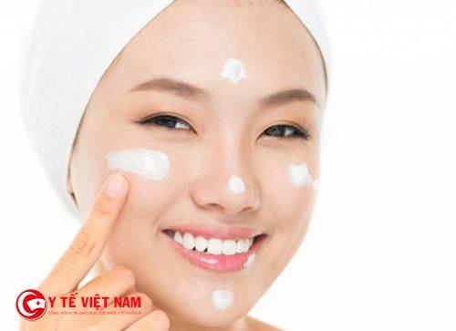 Bí quyết làm căng da mặt nhờ thoa kem dưỡng ẩm đúng lúc